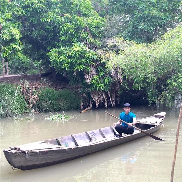 Cười té ghế với màn đi cầu khỉ bá đạo của Trấn Thành khi về miền Tây - Tin sao Viet - Tin tuc sao Viet - Scandal sao Viet - Tin tuc cua Sao - Tin cua Sao