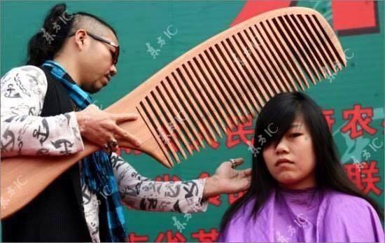 Muốn chải đầu, cắt tócthì bạn phải dùng lược như thế này nhé... Nhưng có vẻ như nhà tạo mẫu tóc này cần phải gọt thêm phần tay cầm lược cho vừa vặn hơn. Nếu không thì phải dùng tới nách để chảy đầu...(Ảnh: Internet)