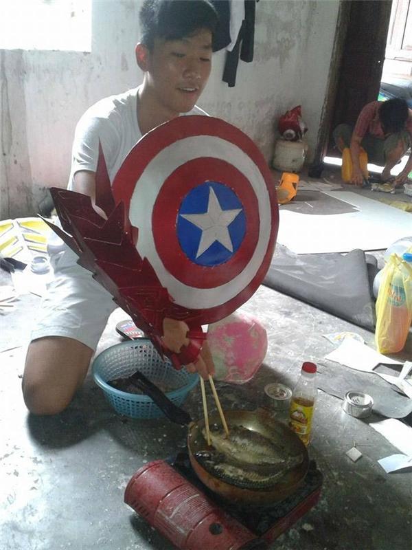 Khi Iron ManvàCaptain Americankết hợp rán cá.(Ảnh: Internet)
