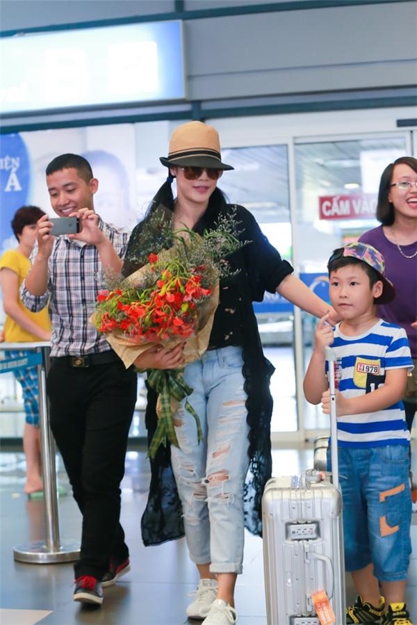 Đặc biệt, Thu Phương vô cùng hạnh phúc khi được rất nhiều fan nhí ra tận sân bay để đón và tặng hoa. Nữđặc biệt thích bó hoa phượng đỏ mà một bé trai mang tới tặng mình. - Tin sao Viet - Tin tuc sao Viet - Scandal sao Viet - Tin tuc cua Sao - Tin cua Sao