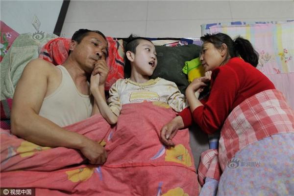 Vợ chồng bà Lý Hoàn Mai và cô con gái nuôi Triệu Lệ Côn. (Ảnh: Sina)