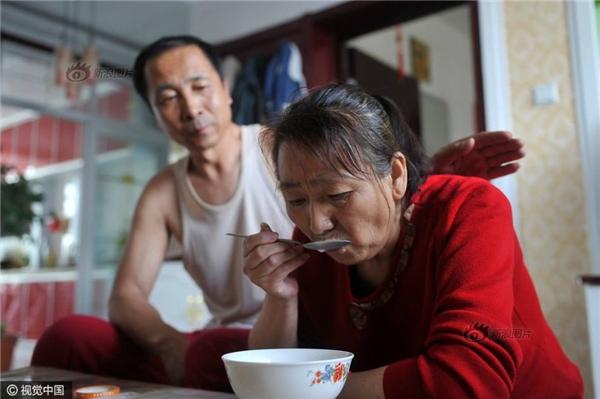 Bà Lý mới phát hiện mình mắc căn bệnh ung thư cuống họng, tuy nhiên bà quyết định không chữa trị, để dành tiền chăm lo cho con. (Ảnh: Sina)