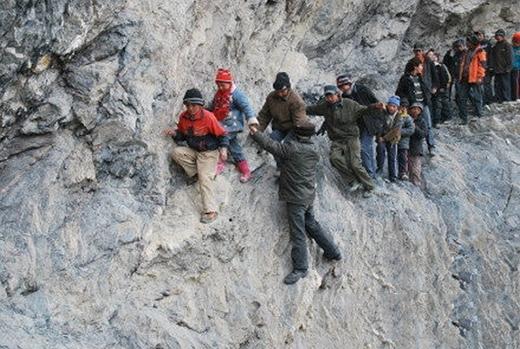 Ở những vùng cao, việc đi lại không phải tính bằng cây số mà làthời gian và sức khỏe. (Ảnh: Internet)
