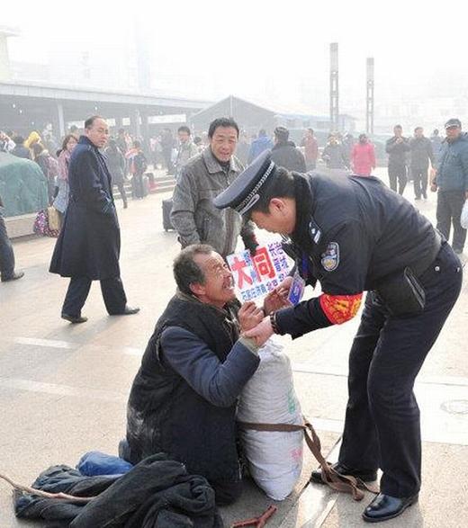 Nụ cườicủa người đàn ông vô gia cư khi được cảnh sát giúp đỡ. (Ảnh: Internet)
