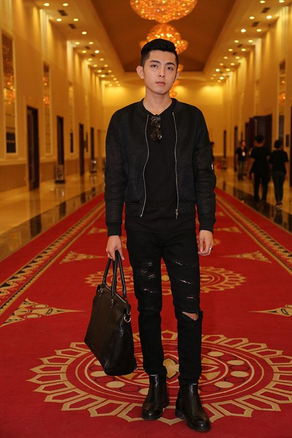 Trang phục sắc đen cá tính mang lại vẻ ngoài mạnh mẽ cho Dương Dương Tiễn. Chàng trai này là một trong những thí sinh xuất sắc của Top Model Online năm nay.