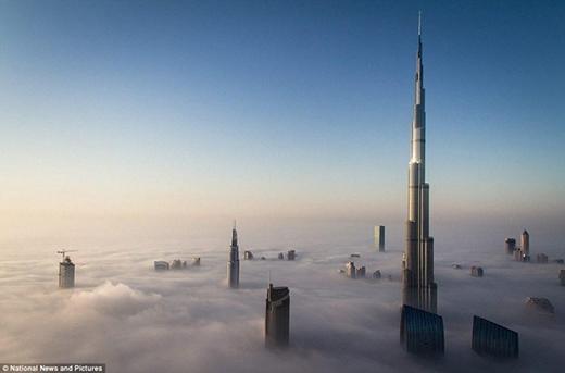"""Ở Dubai, phải ở cao như thế này mới """"đủ đẳng cấp"""". Thật ra cũng không hiểu người ta xây lên cái đỉnh chót vót lạc lõng thế này để làm gì nữa.(Ảnh: Internet)"""