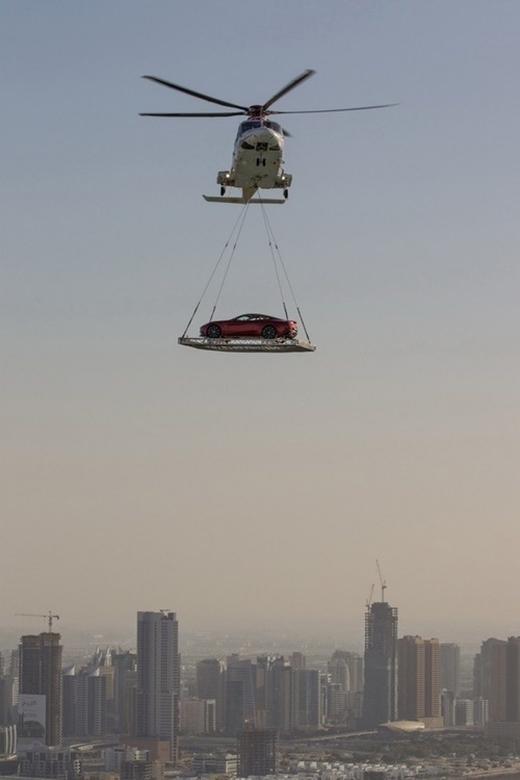 Ở Dubai, người ta thuê hẳn dịch vụ vận chuyển xe hơi bằng trực thăng. (Ảnh: Internet)