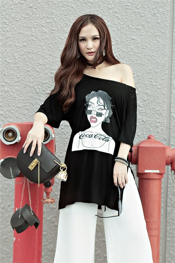 Nàng hotgirl cực cá tính trong chiếc áo phông in hình vui nhộn khoe khéo vai trần đầy gợi cảm.