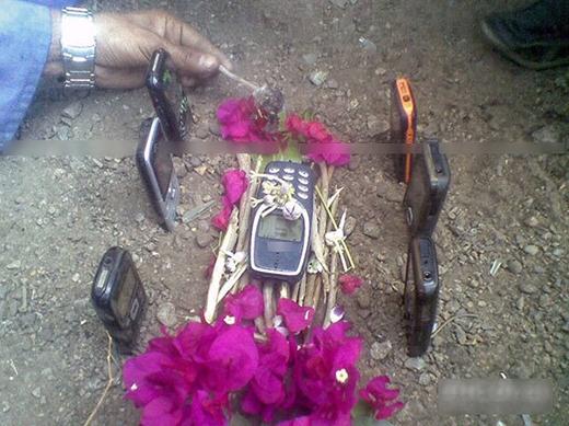 """""""Cám ơn mày đã sống một đời rất thọ!"""" Lời tri ân và một tang lễ trang trọng cho chiếc điện thoại cùi bắp bền nhất mọi thời đại."""