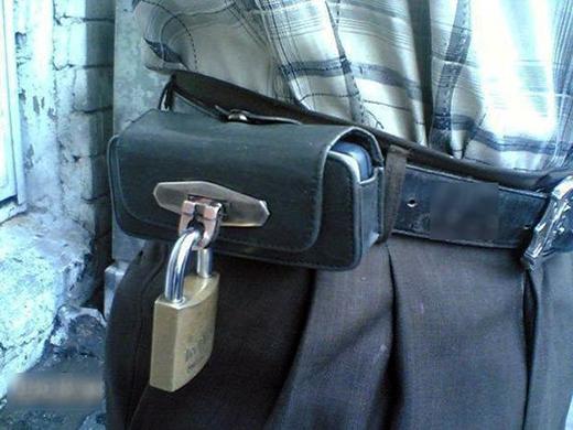Chống trộm mà! Dùng ổ khóa càng to thì càng an toàn chứ sao?
