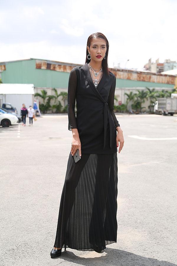 Quán quân Vietnam's Next Top Model 2014 Nguyễn Oanh diện váy đen kết hợp phụ kiện ánh kim.