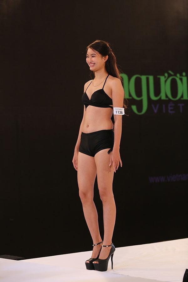 Giám khảo Next Top Model cắt tóc, cắt quần áo của thí sinh nữ