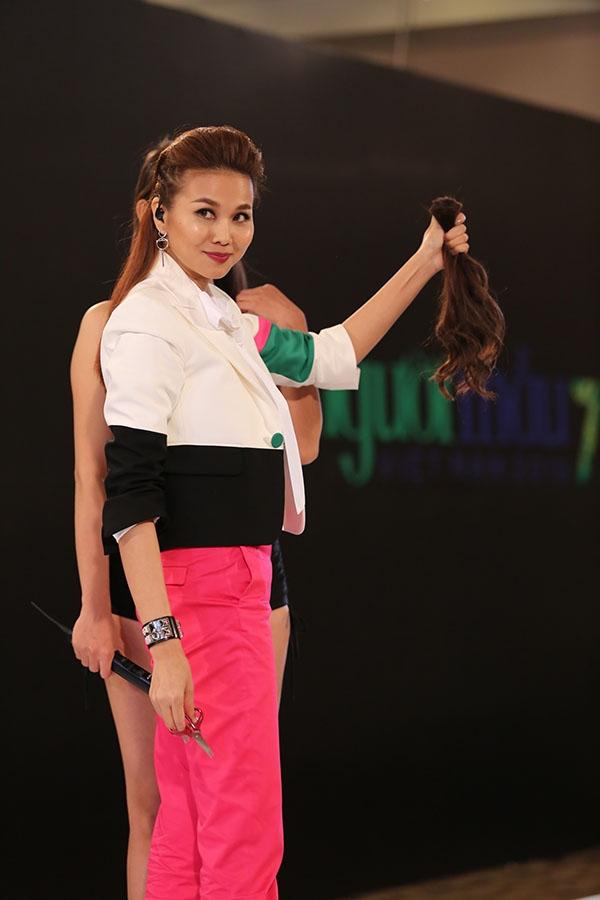 Một thí sinh nữ sở hữu chiều cao cùng sắc vóc thanh mảnh chuẩn mẫu nhưng lại để tóc dài không phù hợp. Chính vì thế, host Vietnam's Next Top Model 2016 quyết định cắt phăng đi phần đuôi tóc để mang đến vẻ ngoài mới mẻ, hiện đại hơn cho cô gái này.