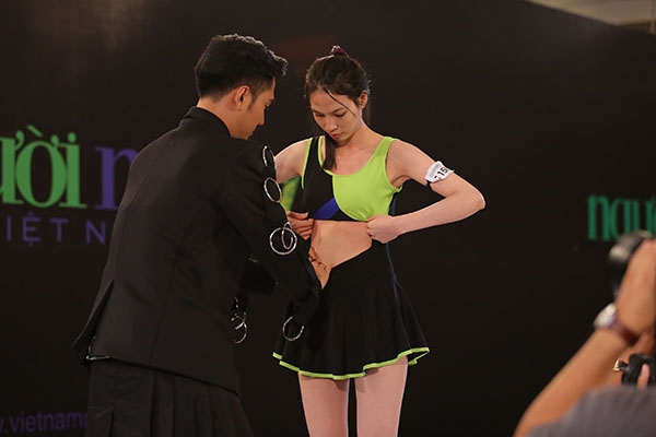 """Một thí sinh nữ khác cũng mắc lỗi trong tạo hình trình diễn khi diện bikini không tôn được sắc vóc. Ngay lập tức, Lý Quí Khánh đã """"phù phép"""" giúp bộ trang phục trở nên gợi cảm và phù hợp với tiêu chí trình diễn hơn."""