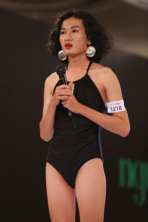 Thí sinh nam Đăng Khoa trình diễn ccatwalk với bikini một mảnh của nữ giới. Người mẫu lưỡng tính là con đường mà chàng trai cao 1m73 theo đuổi.