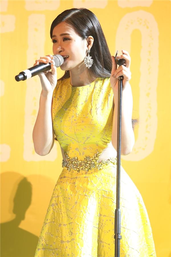 Đông Nhi hát tặng mọi người ca khúc mới vớisự đệm đàn của nhạc sĩ Hồ Hoài Anh - Tin sao Viet - Tin tuc sao Viet - Scandal sao Viet - Tin tuc cua Sao - Tin cua Sao