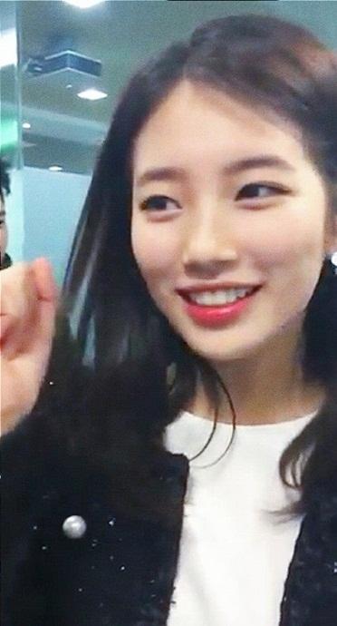 """Cùng với Yoona, Suzy cũng là một trong những """"nữ thần"""" thường khiến cộng đồng fan Kpop """"mất ăn mất ngủ"""". Dù bị máy chụp hình dí sát mặt hay chụp từ tận tít đằng xa khiến chất lượng hình ảnh bị nhòe, điều này vẫn không thể ảnh hưởng đến vẻ ngoài xinh đẹp của em út Miss A."""