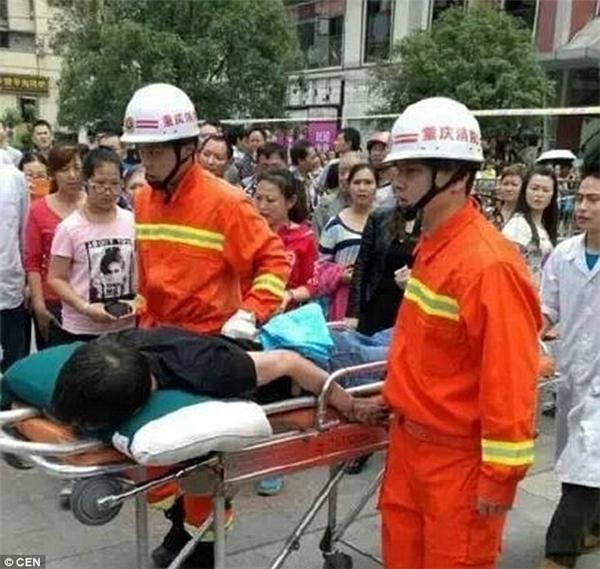Lính cứu hoả nhanh chóng giải cứu và đưa người đàn ông tội nghiệp đến bệnh viện. (Ảnh: Internet)