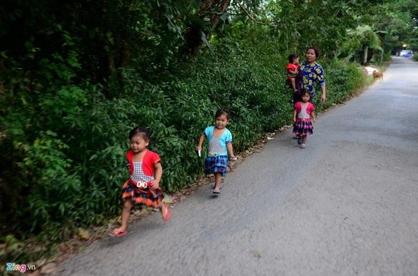 Chơi ở đâu 4 đứa trẻ cũng đi cùng nhau. Điểm chung là các em đều hiếu động, vui vẻ, tinh nghịch.