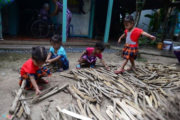 Dù còn nhỏ nhưng các bé đã biết phụ giúp gia đình các công việc nhỏ như xếp củi, gấp quần áo.