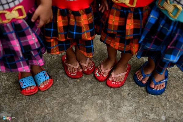Bốn bé có gương mặt giống nhau nên gia đình cũng muốn các bé mặc đồng phục cho đẹp. Tuy nhiên, bố mẹ không thể sắm ngay một lượt mà phải mua góp từ bộ đồ, đôi dép, do vậy, vẫn có sự lệch lạc về kiểu dáng, màu sắc.