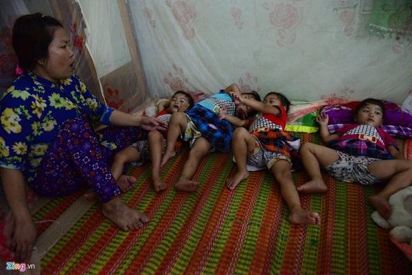 Buổi tối các bé quậy đến 22h mới chịu đi ngủ. Đó là lúc vợ chồng anh Đồng mới có thể thảnh thơi.