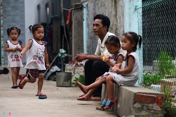 Phụ huynh của 4 bé đang có thêm nhiều ưu tư khi các bé sắp đến tuổi đi học. Anh Đồng tâm sự, dù gì cũng phải lo bằng được cho các bé đến trường.