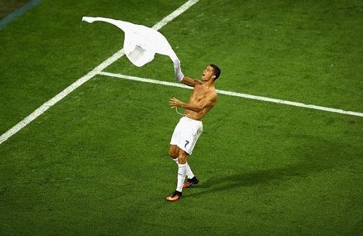 Khoảnh khắc Ronaldo cởi áo ăn mừng bàn thắng, là giây phút trái tim Torres tan nát.