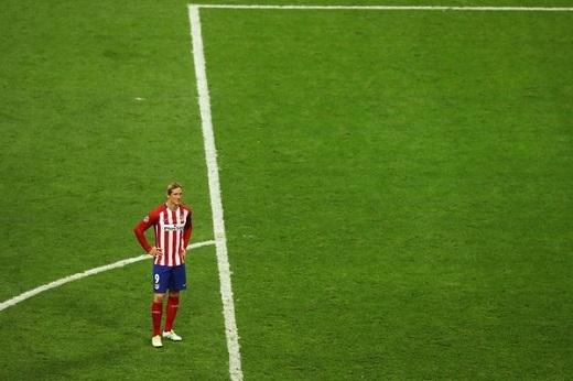 Xa xa, Torres thất thần nhìn Real vô địch Champions League.