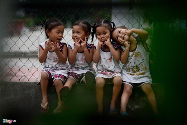 Nét hồn nhiên tinh nghịch của những đứa trẻ sinh tư Việt, Nam, Hạnh, Phúc.