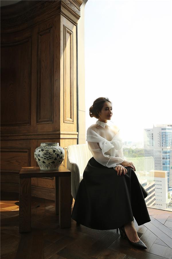 Dù không hề mix đồ cầu kỳ nhưng set đồ chỉ gồm 2 màu đen - trắng,Nhã Phương vẫn gây được ấn tượng với chiếc áo voan mỏng phối cùng chiếc váy hình chữ A cũng đủ làm người khác ngắm nhìn bởi vẻ đẹp cổ điển mà nó mang lại.