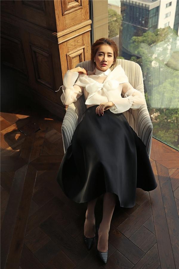 Mặc dư luận, Nhã Phương vẫn trễ ngực với váy 2 dây đầy quyến rũ