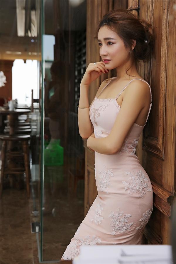 """Cô nàng với biệt danh """"bánh bèo"""" luôn thích những chiếc váy có màu sắc nhã nhặn."""