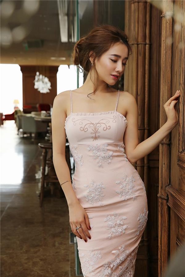 """Chiếc váy màu hồng pastel hai dây ôm sát thân hình quyến rũgiúp Nabi Nhã Phương khéo léo khoe thân hình """"chuẩn không cần chỉnh""""."""