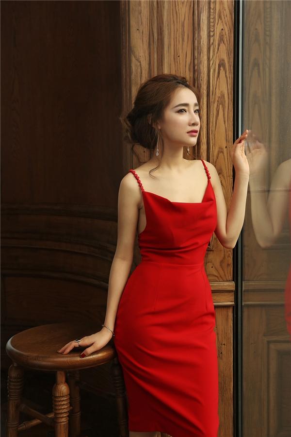 Nếu ở trên kín đáo, nhẹ nhàng thần thái quý phái, thì những shot hình cuối cùng, Nhã Phương đã giúp bộ đầm đỏ tươi tìm được đúng chủ nhân của nó.