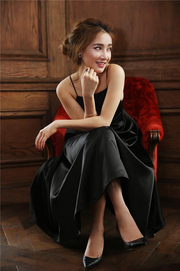 """Với bộ đầm phá cách từ áo tứ thân xưa, cô nàng như hóa thân thành một """"thiên nga đen"""" đầy sức quyến rũ và huyễn hoặc."""