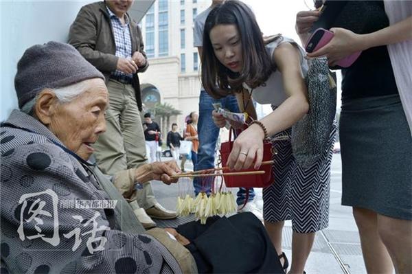 Câu chuyện về người phụ nữ già bán hoa là một trong những hình ảnh đẹp và đầy tính nhân văn.