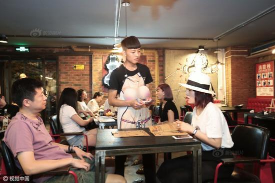 Nhà hàng khá đông khách và các thực khách cũng không mấy ngại ngùng với chủ đề của nơi này.