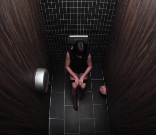 Cẩn thận bọn dâm tặc, kể cả trong phòng vệ sinh.
