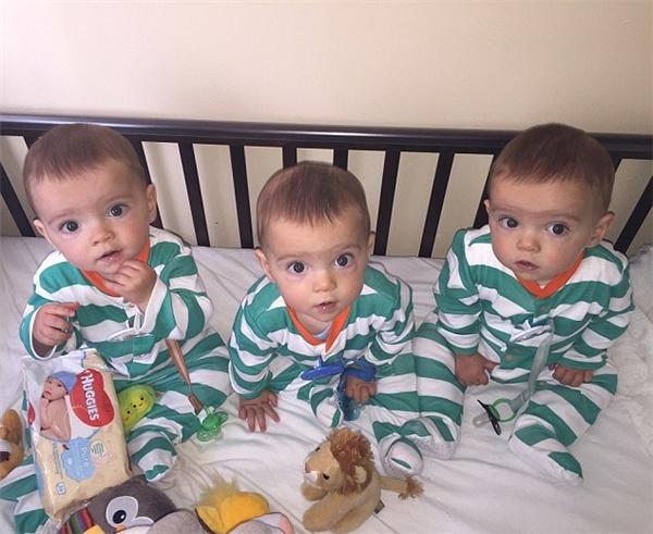 Hiếm có khó tìm: Anh em sinh ba giống nhau đến từng sợi tóc