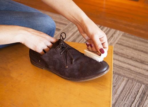Có một điều bạn cần phải nhớ là hãy làm sạch vết bẩn trước khihong khôgiày nhé!