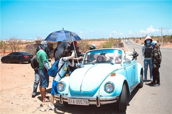 Mặc dù MV chỉ được quay vẻn vẹn trong một ngày vàdướicái nắng gay gắt của miền Trung, tuy nhiênHồ Đức Lợi cùngê-kíp đã cố gắng vượt qua dùrất vất vả. - Tin sao Viet - Tin tuc sao Viet - Scandal sao Viet - Tin tuc cua Sao - Tin cua Sao