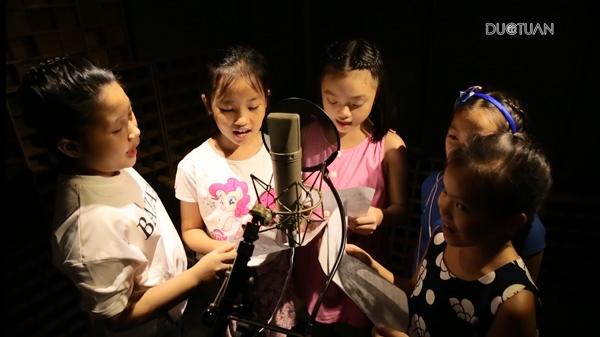 """Bên cạnh đó anh cũng cảm thấy rằng, các chương trình truyền hình dành cho trẻ em hiện nay đang """"vắng bóng"""" dần những ca khúc phù hợp với các em, mà thay vào đó là những ca khúc người lớn. Vì thế,anhmuốn nhắc nhớ mọi người về những bài hát hay, phù hợp với độ tuổi và tình cảm của các bé. - Tin sao Viet - Tin tuc sao Viet - Scandal sao Viet - Tin tuc cua Sao - Tin cua Sao"""