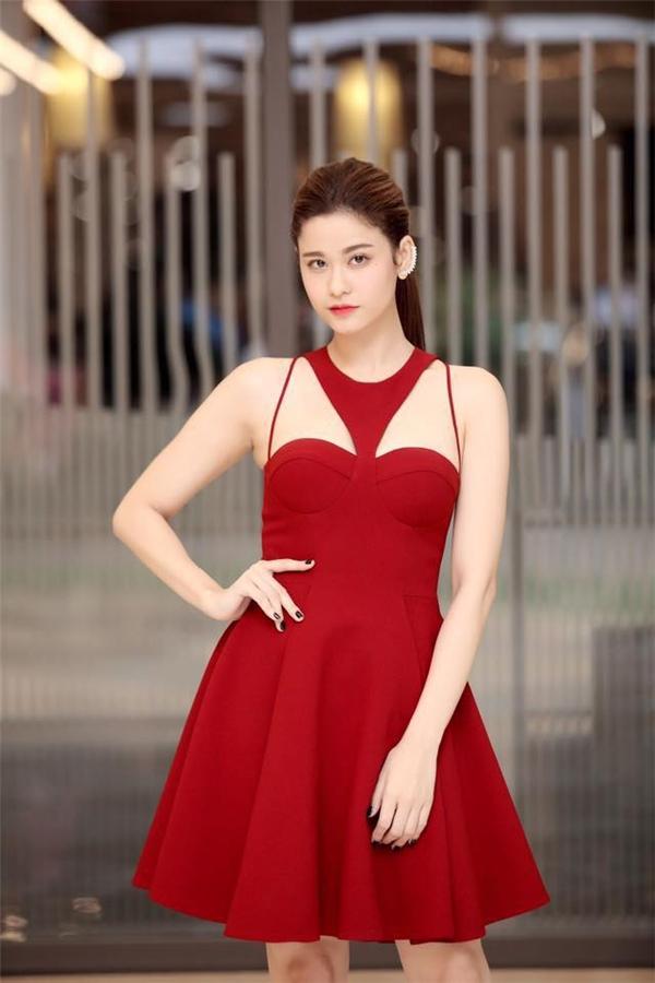 Cùng chọn sắc đỏ, Trương Quỳnh Anh vừa điệu đà với dáng váy xòe nhưng lại vừa gợi cảm bởi thiết kế cúp ngực kết hợp những đường dây mỏng manh ở cầu vai. Cả hai thiết kế này đều được thực hiện bởi stylist Đỗ Long.