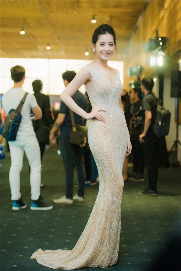 Trái ngược với hình ảnh đơn giản của Ngọc Trinh, Chi Pu lại trở nên cầu kì, bắt mắt khi diện thiết kế đuôi cá màu trắng tinh khôi trên nền chất liệu xuyên thấu gợi cảm. Từ khi có sự thay đổi mạnh mẽ trong phong cách thời trang, Chi Pu ngày càng nhận được nhiều lời khen ngợi.