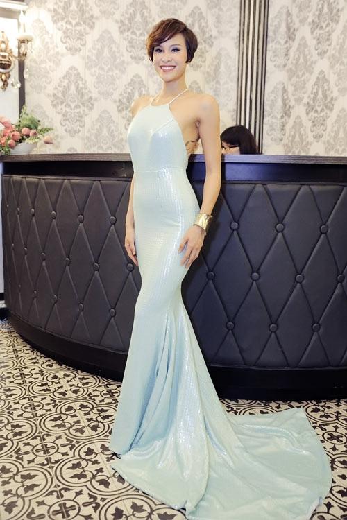 Váy đuôi cá cũng là lựa chọn của Phương Mai khi tham dự một buổi tiệc sang trọng diễn ra trong tuần qua. Chất liệu ánh kim dung hòa với tông màu pastel nhẹ nhàng mang lại vẻ ngoài gợi cảm, nổi bật nhưng rất đỗi thanh lịch, tinh tế.