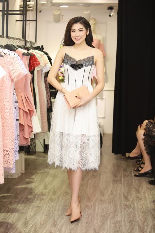 Tại một sự kiện khác, Á hậu Việt Nam 2012 lại gợi cảm với váy ren trên nền 2 tông màu đen, trắng tương phản.