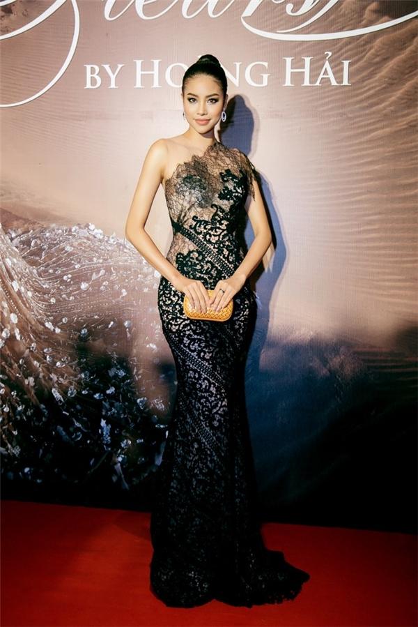 Dù diện sắc đen trầm mặc nhưng Phạm Hương vẫn nổi bật nhờ chất liệu ren xuyên thấu gợi cảm cùng cách phối các mảng họa tiết tinh tế.