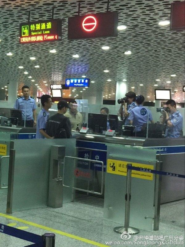 Lộ ảnh hộ chiếu, Song Joong Ki còn bị nhân viên sân bay làm phiền
