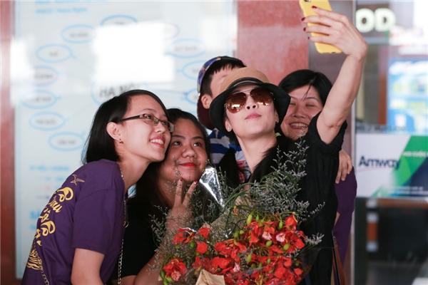 Nữ ca sĩ dành chút thời gian để chụp ảnh cùng người hâm mộ. - Tin sao Viet - Tin tuc sao Viet - Scandal sao Viet - Tin tuc cua Sao - Tin cua Sao